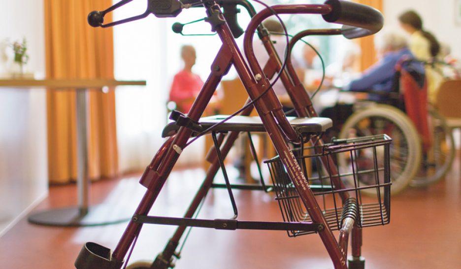 L italie mise sur les auxiliaires de vie le courrier for Auxiliaire de vie en maison de retraite