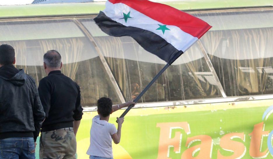 Guantanamo, Irak, Afghanistan... démocrature occidentale - Page 4 Le-drapeau-du-regime-syrien-flotte-sur-douma-936x546