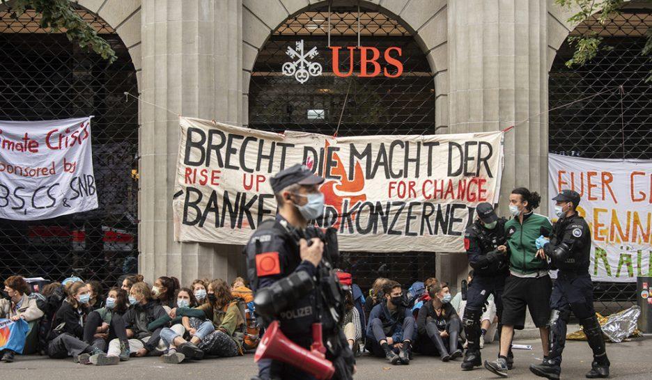 La Suisse de parade … - Page 2 Ubs-et-credit-suisse-vises-par-des-activistes-du-climat-a-zurich-936x546